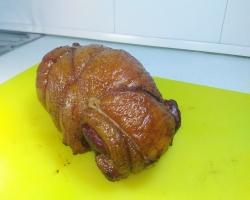 Копченая свиная щековина в виде завернутого рулета