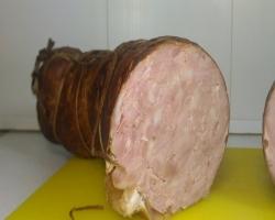 Копченая ветчина из говяжьей синюги в разрезе